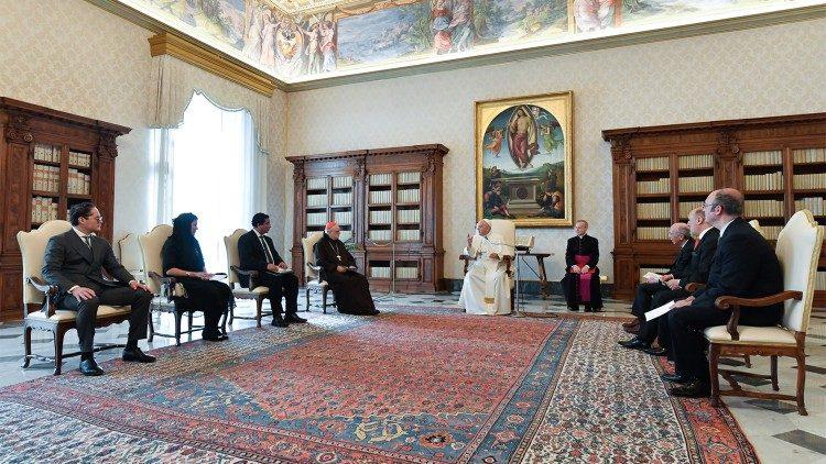 البابا فرنسيس يستقبل وفدا من المعهد الأوروبي للدراسات الدولية